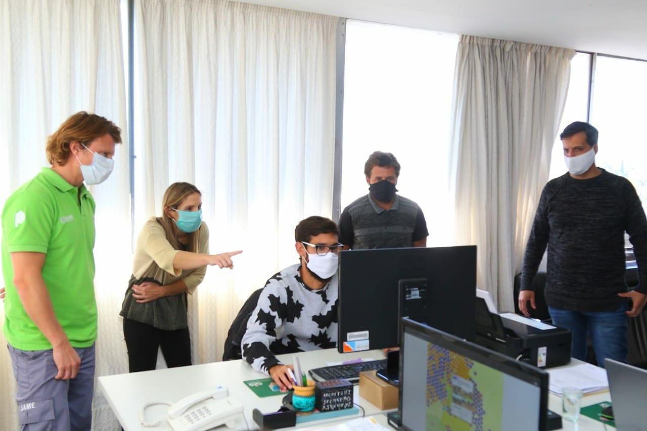 La Secretaria de Salud María Martha Perretta junto al Federico Sibilla, coordinador del SAME y el equipo de Modernización.